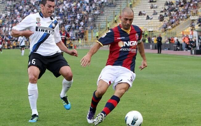 O brasileiro Lúcio, que fez um gol no  confronto, marca o veterano atacante Marco Di  Vaio, do Bologna