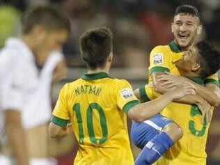 Jogadores da seleção brasileira se confraternizam após grande resultado sobre hondurenhos