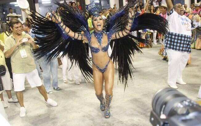 Sabrina Sato, rainha de bateria da escola de samba campeã de 2013, Unidos de Vila Isabel, voltou à Sapucaí na madrugada deste domingo (17)
