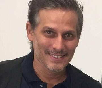 Bruno Puglisi é formado em: Cirurgião Dentista formado pela UNISA 1997, Especialista em Cirurgia e Traumatologia Buco Maxilo Facial pela Associação Brasileira de Odontologia, Excelência em Estética e Lentes de Contato Dental, Professor e consultor científico do Instituto Bianquini nos cursos de Toxina Botulínica, Preenchimento Facial e Bichectomia na Odontologia, Consultor Clínico do laboratório de Prótese Bio Bucal, Diretor da Clínica Bruno Puglisi Odontologia.