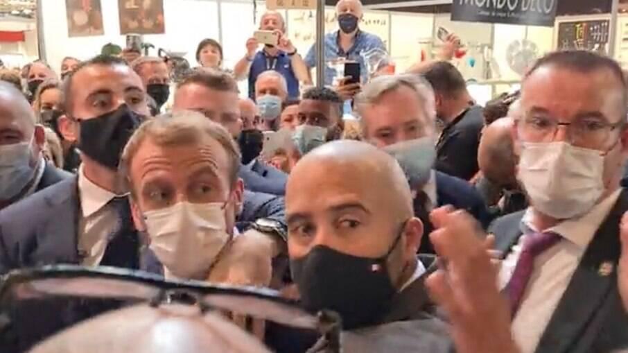 Presidente francês Emmanuel Macron é atingido por ovo