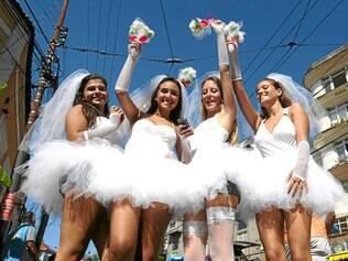 Blocos.O Carnaval de rua da cidade do Rio de Janeiro terá quase 600 blocos que desfilarão por toda a cidade, assim como o tradicional bloco das Carmelitas, que desfila pelas ruas de Santa Tereza