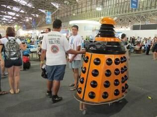 Alexandre Casemonstro, de frente, explica seu Dalek para o público da Campus Party