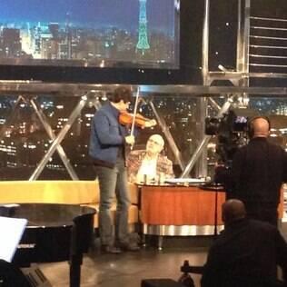 Mateus Solano voltou a tocar violino e tocou 'Pintinho Amarelinho' no 'Programa do Jô'