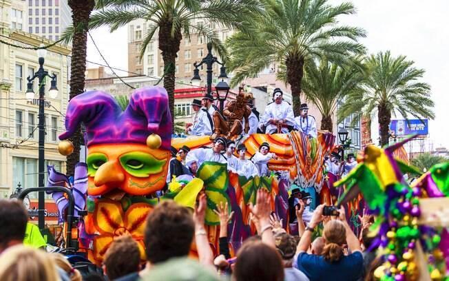 Pessoas comemorando desfile no Mardi Gras
