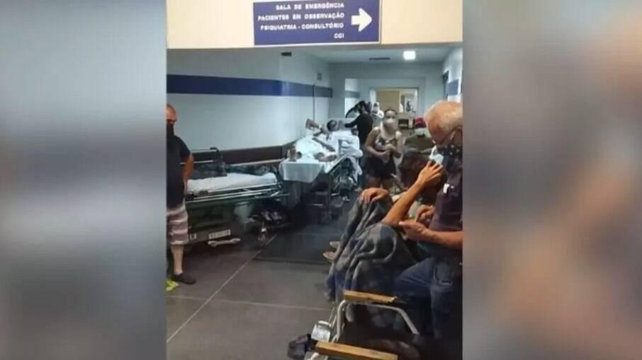 Pacientes esperam atendimento em macas no corredor do HC.