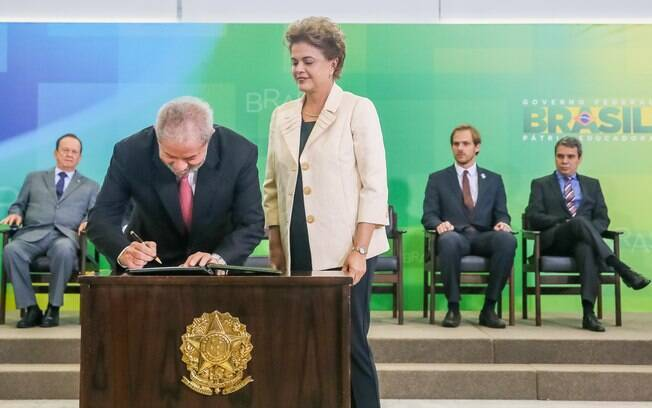 Ex-presidente Lula tomou posse na Casa Civil ao lado de Dilma Rousseff na manhã desta quinta