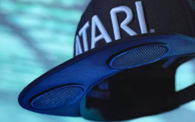 O boné com alto-falantes da Atari pode ser sincronizado para que duas pessoas ouçam uma música ao mesmo tempo