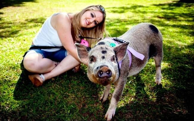 Sabrina Pressi e sua porquinha de estimação
