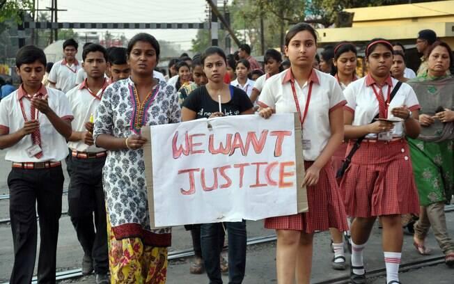 Alunos do Convento de Jesus e da Escola Maria protestam contra o estupro coletivo de uma freira na casa dos 70 anos por um grupo de bandidos na Índia