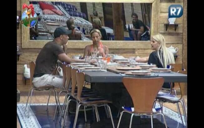 Valesca, Monique e Dinei falam sobre a nova participante