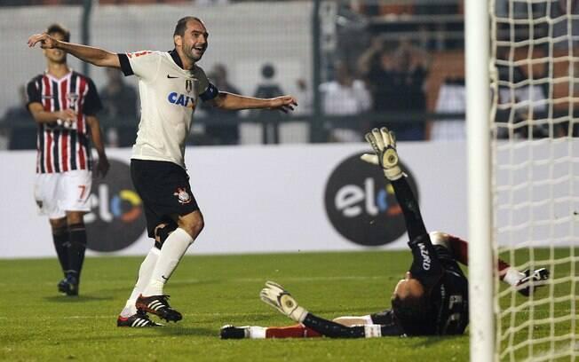 Danilo vence Ceni e faz o segundo gol do  Corinthians na final da Recopa