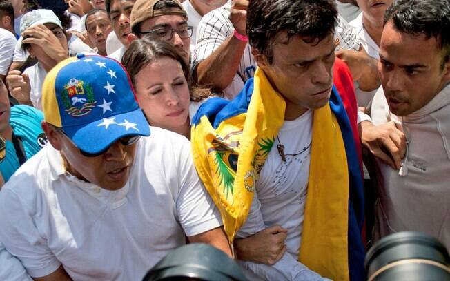 Líder da oposição se entrega à polícia durante protesto na Venezuela