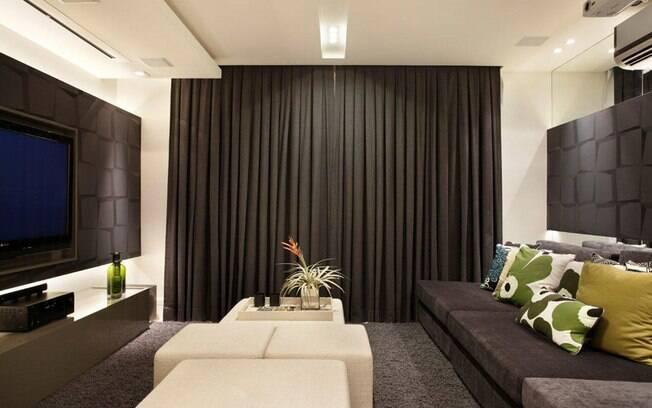 Claudia Pimenta e Patricia Franco escolheram revestir as paredes com tecido e adotar retro-iluminação neste pequeno espaço