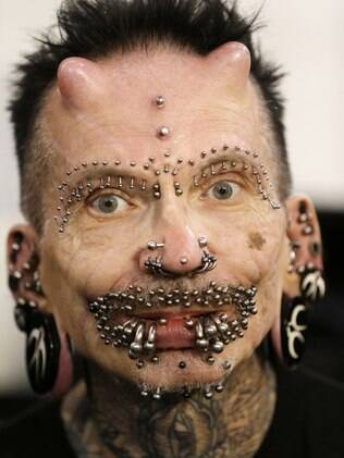 Rolf Buchholz, 56, posa para foto durante convenção anual do tatuagem em Atenas, Grécia