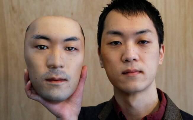 Shuhei Okawara, 30, dono da loja de máscaras Kamenya Omote, segura uma máscara super-realista baseada em seu rosto real, feita com tecnologia de impressão 3D, em Tóquio