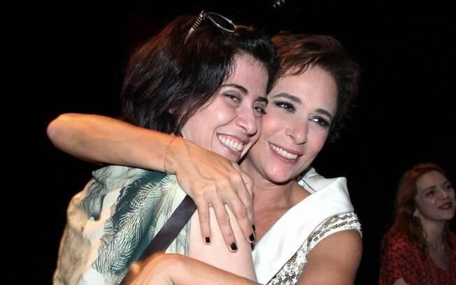 Andrea Beltrão recebe o carinho de Fernanda Torres na estreia de 'Nômades', no Rio