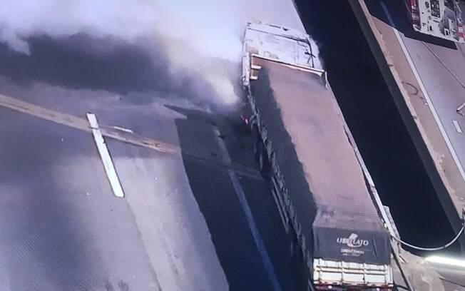 Bombeiros controlaram o fogo do caminhão incendiado