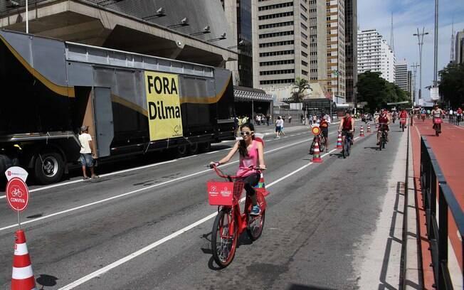 Protesto na Avenida Paulista, em SP, atrapalha quem anda de bicicleta na via. Foto: Renato S. Cerqueira/Futura Press - 13.12.15