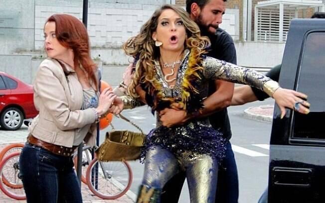 Chayene tenta defender Rosário, mas também vira vítima do sequestro