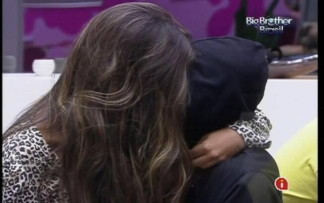 Yuri conta para Laisa as palavras que ela balbuciou enquanto dormia