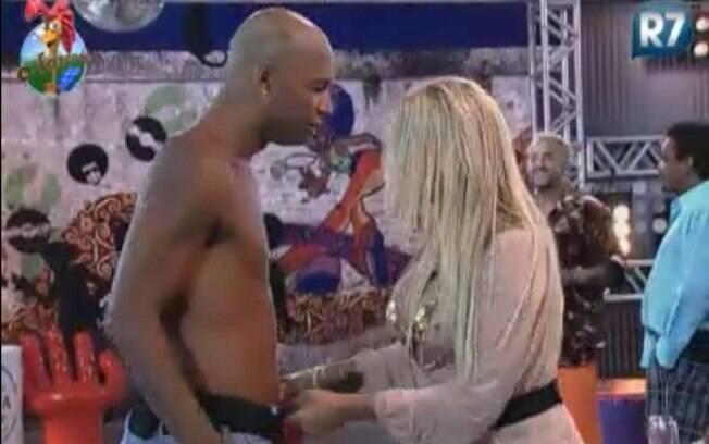 Monique Evans descobriu que Dinei estava sem cueca
