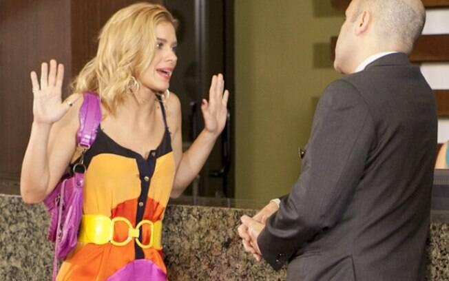 Teodora aceita o trabalho de faxineira no hotel onde vivia com Wallace Mu