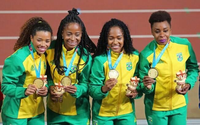 Medalistas de ouro comemoram durante cerimônia de premiação do revezamento 4x100mts feminino