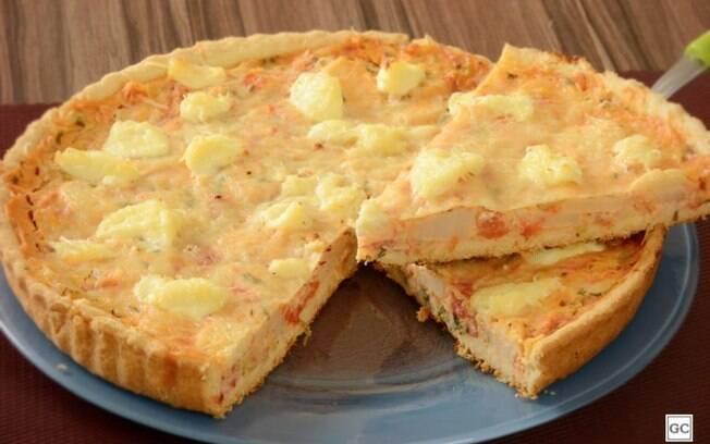 Torta cremosa de palmito com requeijão para uma refeição especial