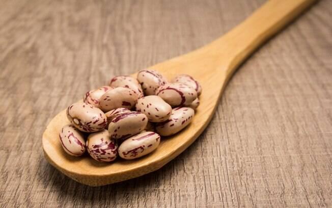 Um feijão rajado com costela suína pode ser uma boa opção para variar nas receitas cotidianas. Veja o passo a passo