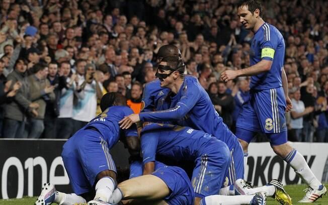 Jogadores do Chelsea festejam gol de David  Luiz