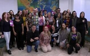 Professores erguem livro de Paulo Freire para protestar em foto com chefe do MEC