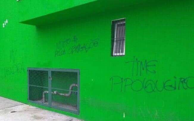 Muros do Palmeiras amanheceram pichados