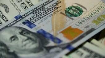 Dólar tem maior alta desde abril após 'licença para gastar' com auxílio