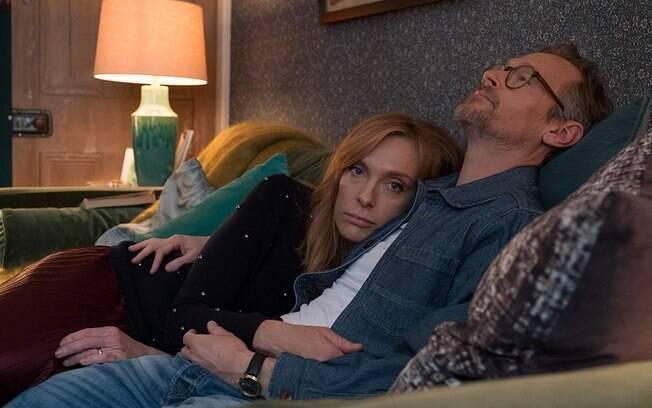 Toni Collette e Steven Mackintosh em cena de Wanderlust, já em cartaz na Netflix