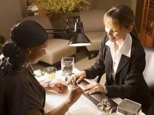 As mulheres gostariam de ter tempo de fazer as unhas enquanto outra pessoa passa suas compras no caixa do mercado