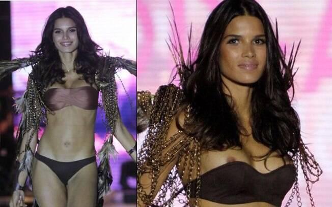 A top model brasileira Raica Oliveira estava na passarela quando o biquíni desceu e mostrou seus seios