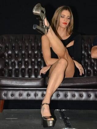 Fernanda Lima brinca com a famosa cruzada de perna de Sharon Stone em 'Instinto Selvagem'