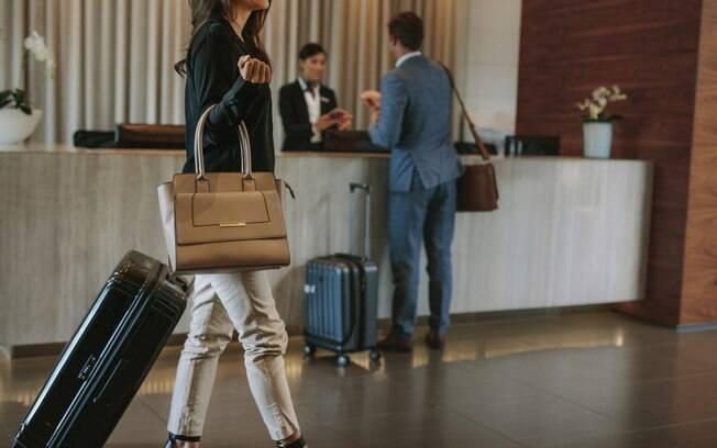 Hóspedes fazendo check-in em um hotel