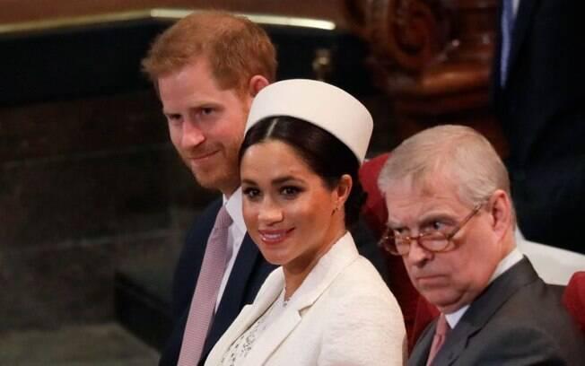 Príncipe Harry é flagrado curtindo música do Clean Bandit em evento comunitário