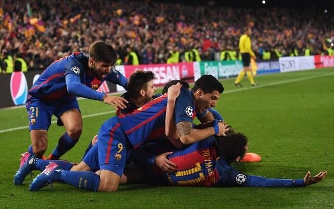 Jogadores do Barcelona comemoram o 6º gol sobre o PSG que garantiu a classificação às quartas da Liga dos Campeões