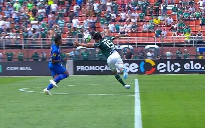 O lance mais polêmico da partida. Gustavo Gómez, do Palmeiras, tocou com o braço fora da área e o juiz deu pênalti