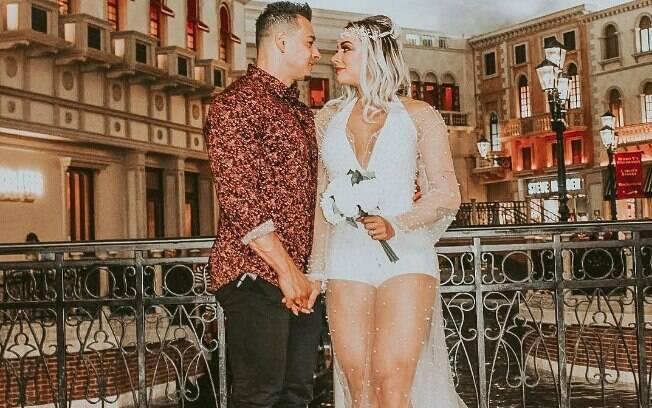 Juju Salimeni e Felipe Franco protagonizam briga na rua em Orlando; os dois renovaram os votos de casamento no início de setembro