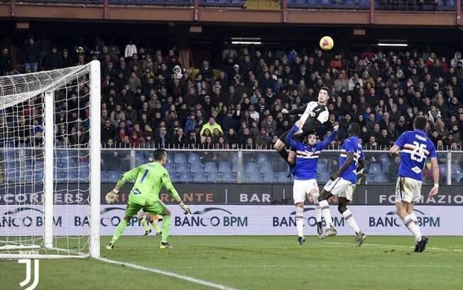 Cristiano Ronaldo subiu muito para marcar o gol da Juventus