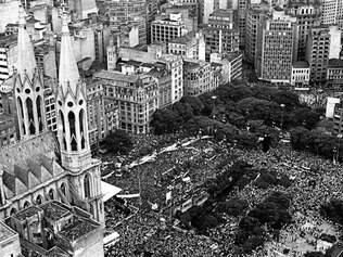 Multidão. Há exatos 30 anos, multidão se reunia na Candelária, no centro do Rio de Janeiro, para pedir eleições diretas