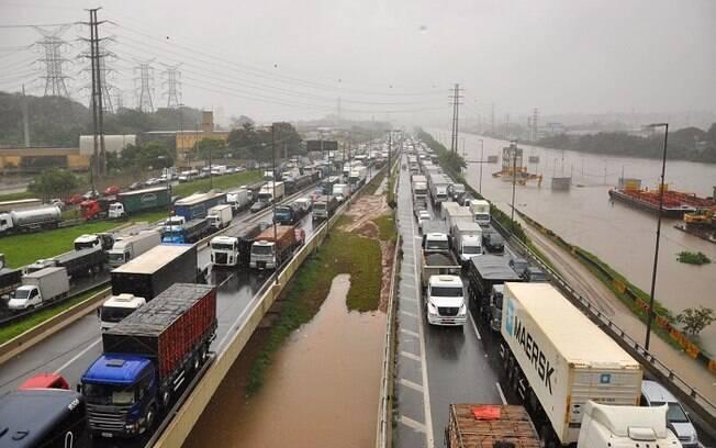 Forte chuva causa vários alagamentos, engarrafamentos e interrupcao de linhas de trem da CPTM nas cidade de Sao Paulo e Osasco