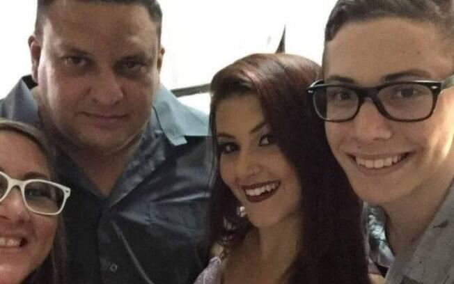 Marcelo ao lado dos dois filhos e a da mulher