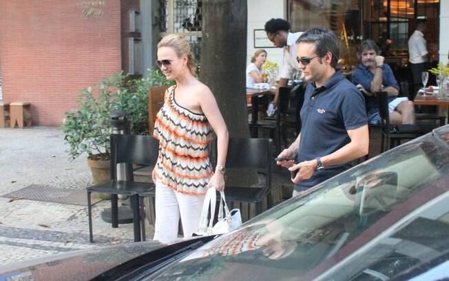 Eliana deixa o restaurante Quadrucci acompanhada do diretor Ricardo Carmona