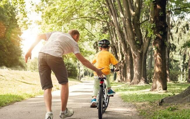 Fazer brincadeiras tradicionais e acompanhar os filhos em parques é uma forma de não gastar dinheiro nas férias