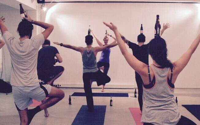 """Batizada de """"Beer Yoga"""", modalidade ganha cada vez mais adeptos ao prometer a união entre filosofia e diversão"""